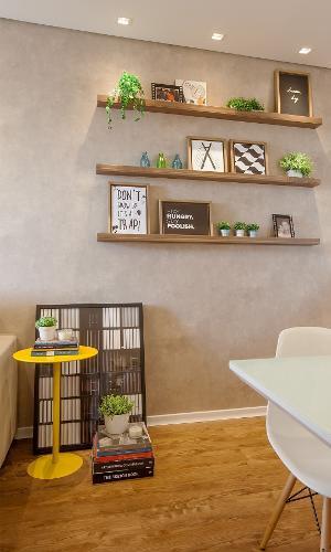 A parede ganhou efeito de cimento queimado com papel de parede. O piso foi coberto por réguas vinílicas que parecem madeira