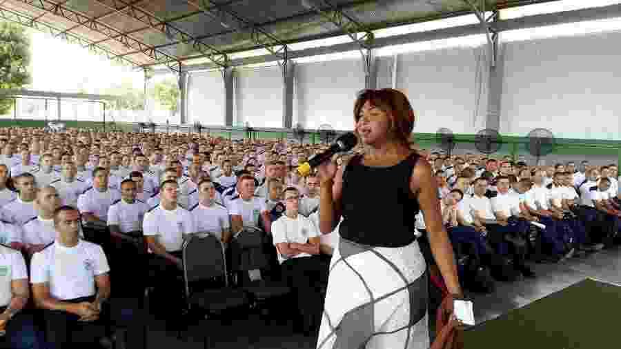 A militante Thina Rodrigues durante treinamento de um grupo de policiais, em 2017 - Reprodução