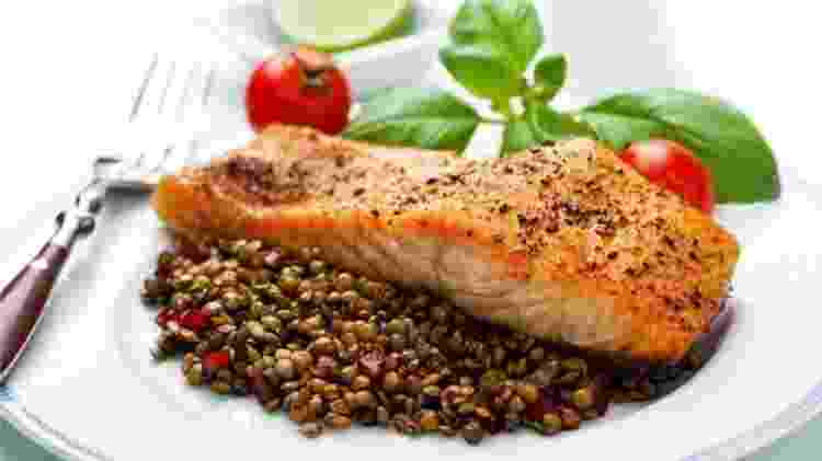Salmão e lentilhas estão entre os alimentos que, segundo o estudo, ajudaram a atrasar a menopausa em um ano e meio, em média - Getty Images - Getty Images