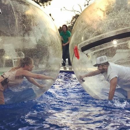 Eliana e Luan Santana se divertem na piscina - Reprodução/Instagram