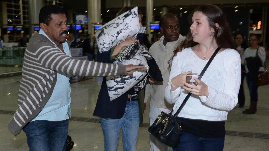 Gisele Bündchen foi clicada deixando o país com travesseiro no rosto - Francisco Cepeda/AgNews