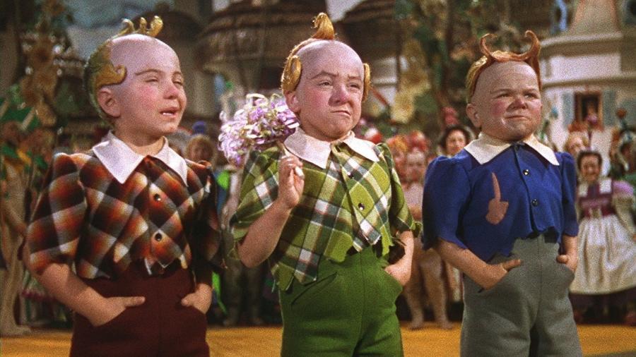 """Jerry Maren, de verde, um dos munchkins de """"O Mágico de Oz"""" - Reprodução"""