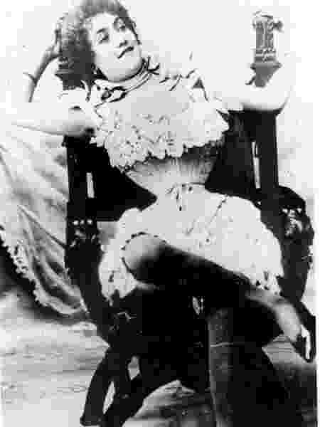 """Livro """"Sutiãs e Espartilhos - Uma História de Sedução"""": a atriz Polaire com sua cintura de vespa em foto de 1890 - Reprodução - Reprodução"""