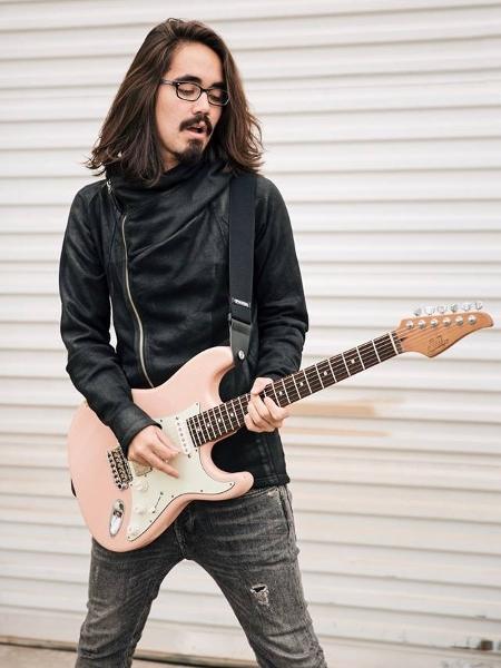 O guitarrista brasileiro Mateus Asato - Shelby Stiefel