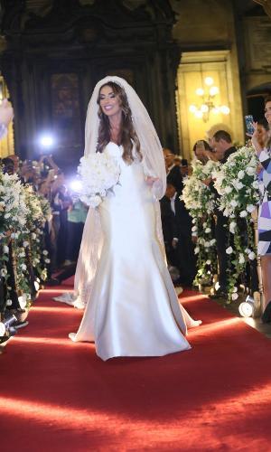 Nicole Bahls entra na igreja da Candelária