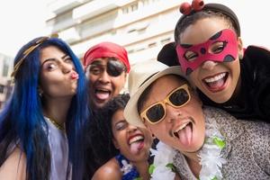 Tendências do verão 2019  aposte em óculos míni, com lente colorida ... f43a39c832