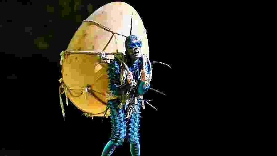 """Um dos personagens leva o ovo que tanto """"causa"""" no enredo do espetáculo do Cirque du Soleil - Divulgação"""