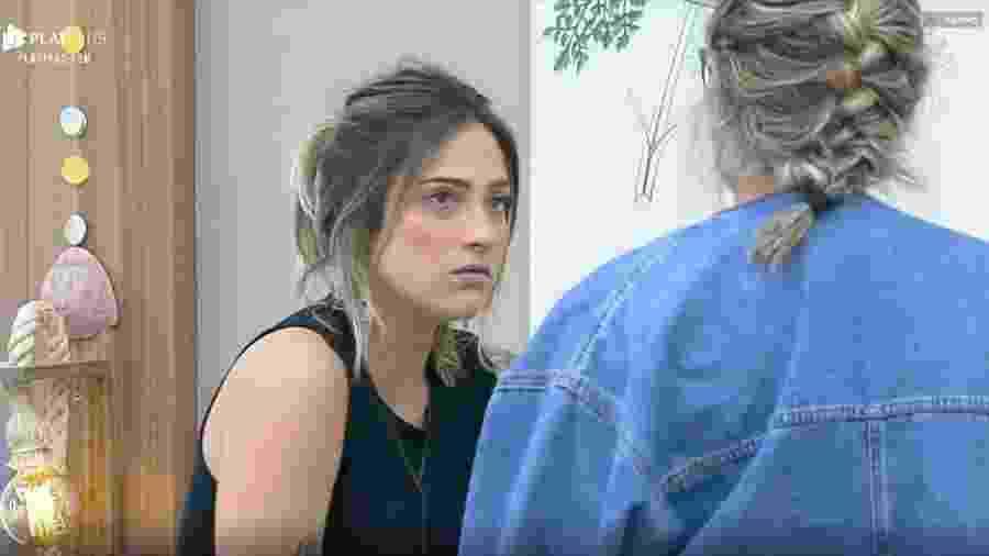 Tati conversa com Hariany e Thayse no quarto na sede - Reprodução/PlayPlus