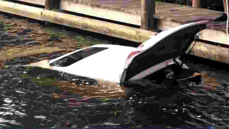 Mulher de 81 anos fica presa dentro de carro em rio na Flórida  - Reprodução