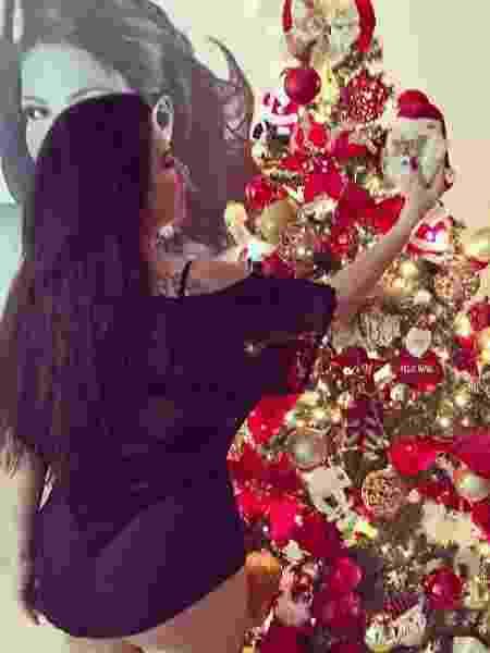 """De fio-dental, Solange Gomes decora árvore de Natal e pede """"bumbum menor"""" de presente - Reprodução/Instagram"""