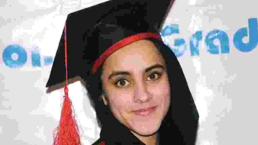 Nargis Taraki no dia de sua formatura na universidade; como ela era a quinta filha mulher de seus pais, alguns parentes sugeriram que ela fosse trocada por outro bebê da aldeia - Arquivo pessoal