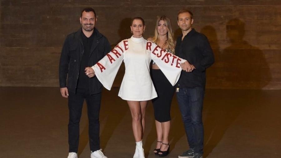 """A atriz Debora Secco comparece a abertura do evento usando um vestido com os dizeres """"A arte resiste"""" - Reprodução/Instagram"""
