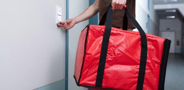 Golpe em delivery | Entregador viraliza ao filmar dados de cartão; veja como se prevenir