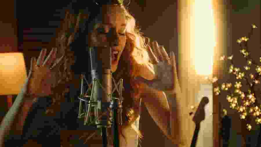 """Gabriella di Grecco no clipe de """"Imagem a Refletir"""", da trilha de """"Mulan"""" - Divulgação"""