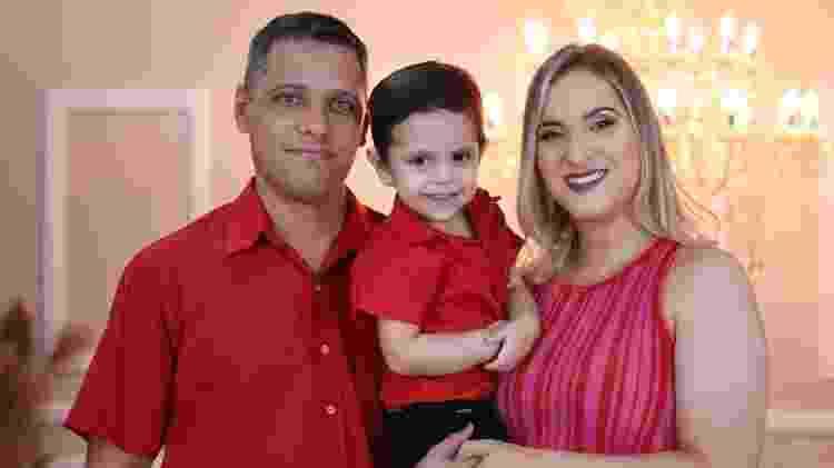 Luiz Henrique no meio dos pais, Marcelo e Mariana - Arquivo pessoal - Arquivo pessoal
