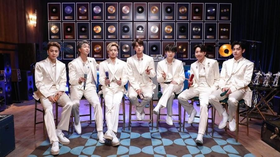 """O BTS durante apresentação do """"Acústico MTV"""" - Reprodução/Instagram"""