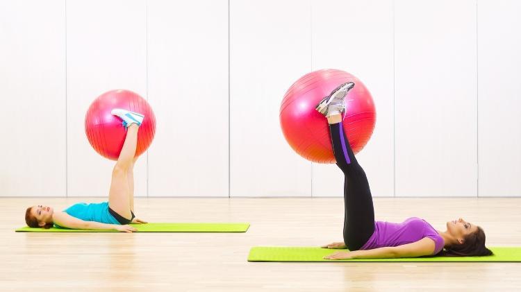 Exercício na bola suíça, abdominal infra - iStock - iStock
