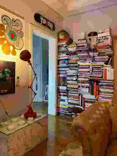 Livros tomam conta de uma das paredes do apê - Patricia Marmo - Patricia Marmo