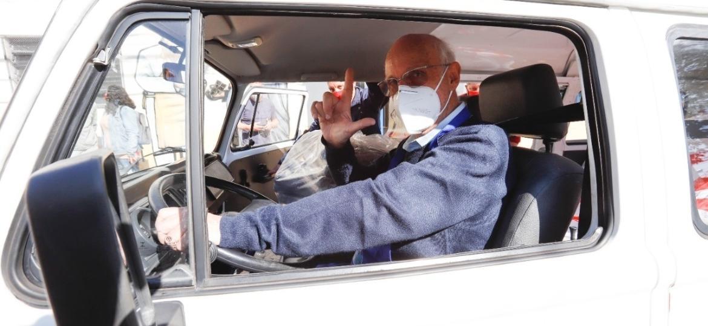Padre Júlio Lancellotti ao volante de nova Kombi doada por meio de vaquinha virtual; veículo já ajuda na assistência à população de rua em SP e vai permitir conserto de Kombi antiga - Ari Paleta/Sindicado dos Metalúrgicos do ABC/Divulgação