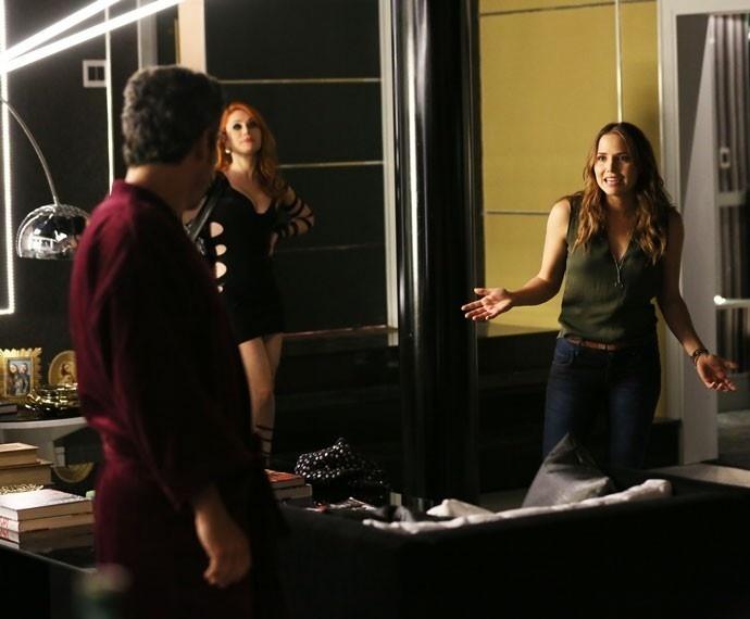 Paty descobre que Romero mora em apartamento de luxo