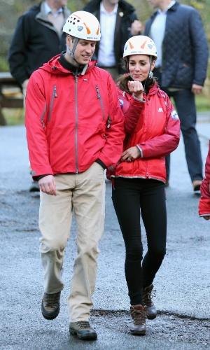 20.nov.2015 - Príncipe William e Kate Middleton fazem rapel com equipe de montanhistas durante visita a instituições de caridade no norte do Reino Unido