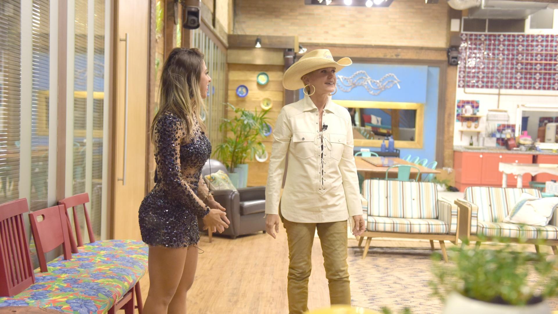 6.dez.2015 - A rainha dos baixinhos, Xuxa Meneghel, chegou para animar os trÊs finalistas de
