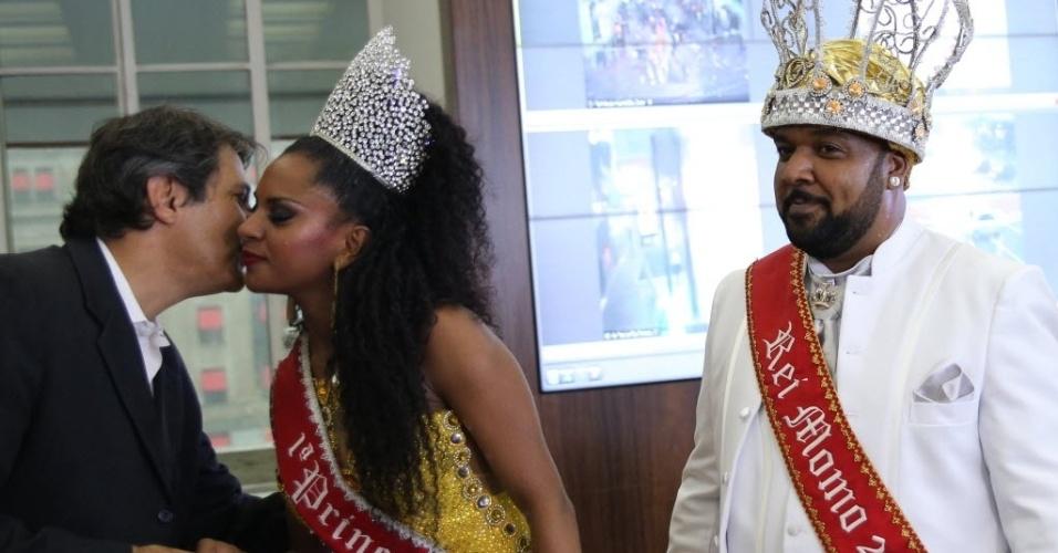 27.jan.2016- Fernando Haddad cumprimenta a 1º Princesa, Tarina dos Santos Lopes, ao lado do Rei Momo, Ricardo Cardoso de Lima