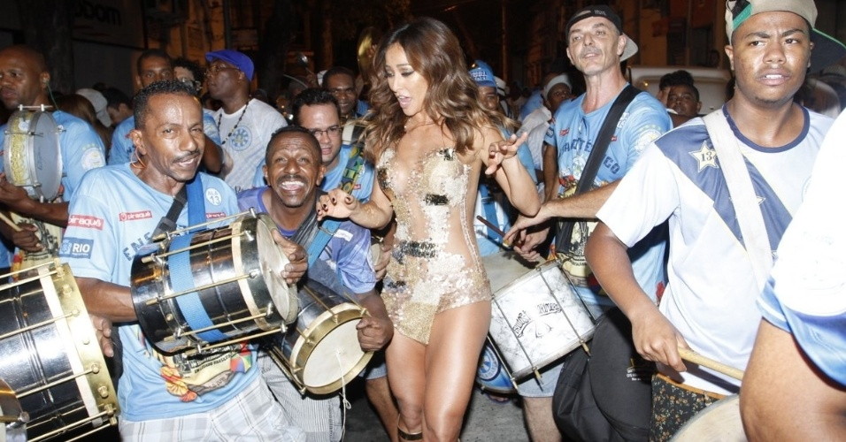 27.jan.2015 - Rainha de bateria da Vila Isabel, Sabrina Sato cai no samba em ensaio de rua da escola
