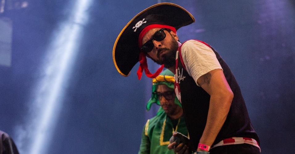 8.fev.2016 - A banda Nação Zumbi se apresenta no palco do Marco Zero, no Carnaval do Recife. Integrantes subiram ao palco fantasiados