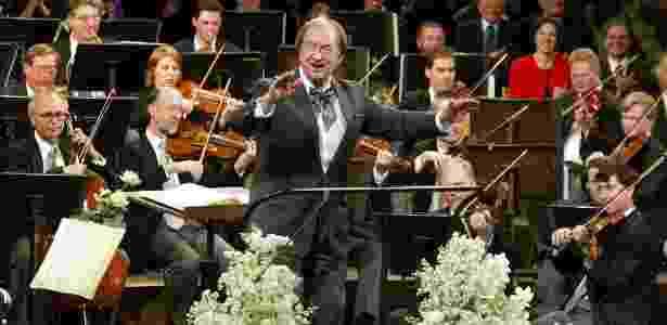 Nikolaus Harnoncourt, que morreu ontem (5) aos 86 anos, rege a Filarmônica de Viena - Reuters