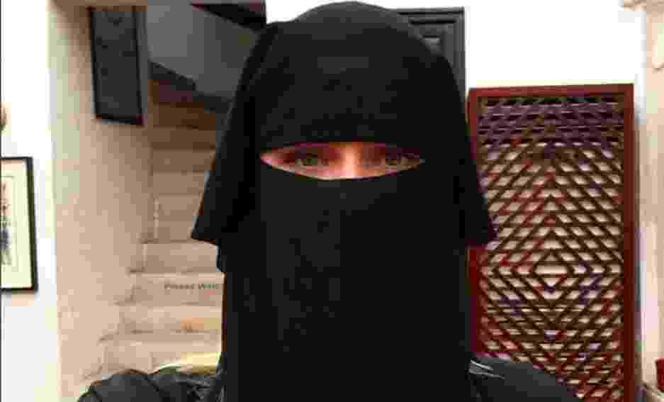 21.mar.2016- Fiorella Mattheis usa um Niqab, um tipo de lenço que cobre o rosto e deixa só os olhos à mostra, para visitar mesquita em Dubai,nos Emirados Árabes - Reprodução/Instagram/Fiorella Matheis
