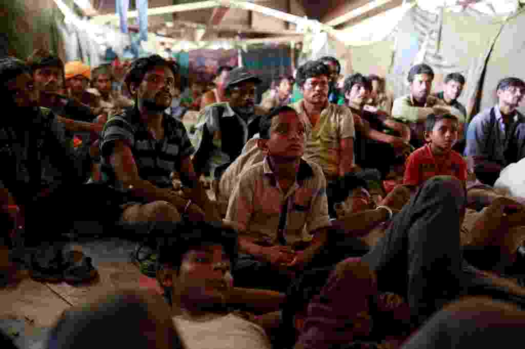 Moradores de rua da cidade de Déli, na Índia, improvisaram um cinema embaixo de uma das antigas pontes da capital indiana - Cathal McNaughton/Reuters