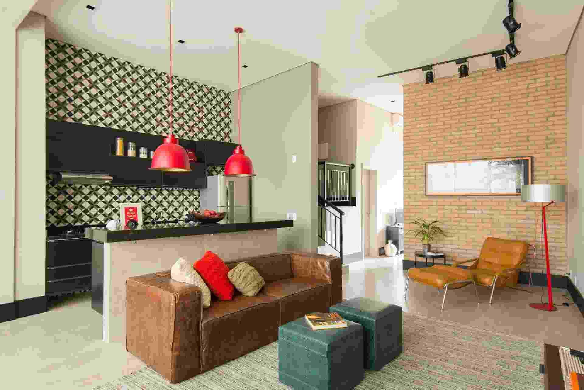 A inspiração para compor o projeto veio dos lofts nova-iorquinos. Definida por trilhos aparentes e luminárias com uma pegada industrial, a iluminação do apê 'conversa' bem com esse conceito. A parede de tijolinhos é outro recurso que mantém o ar cosmopolita, além de dar privacidade ao quarto. A reforma é do escritório Samaia Arquitetura + Design - Edson Ferreira/ Divulgação