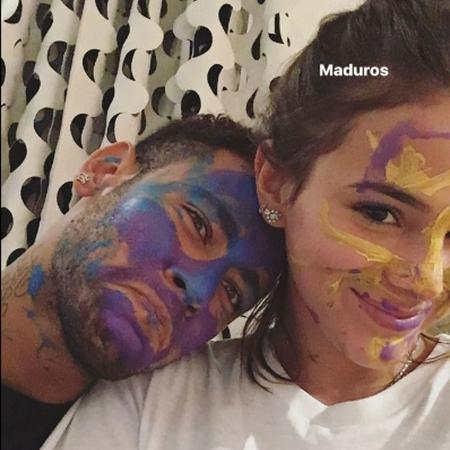 Bruna Marquezine compartilha uma foto com rosto todo pintado ao lado de Neymar   - Reprodução/Instagram/@brumarquezine