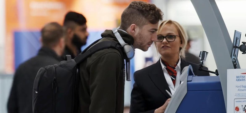 Emma Bunton, das Spice Girls, atende passageiros em aeroporto de Londres - Reprodução