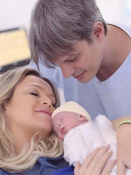 Eliana com a filha, Manuela, e o marido, Adriano Ricco - Reprodução/Instagram