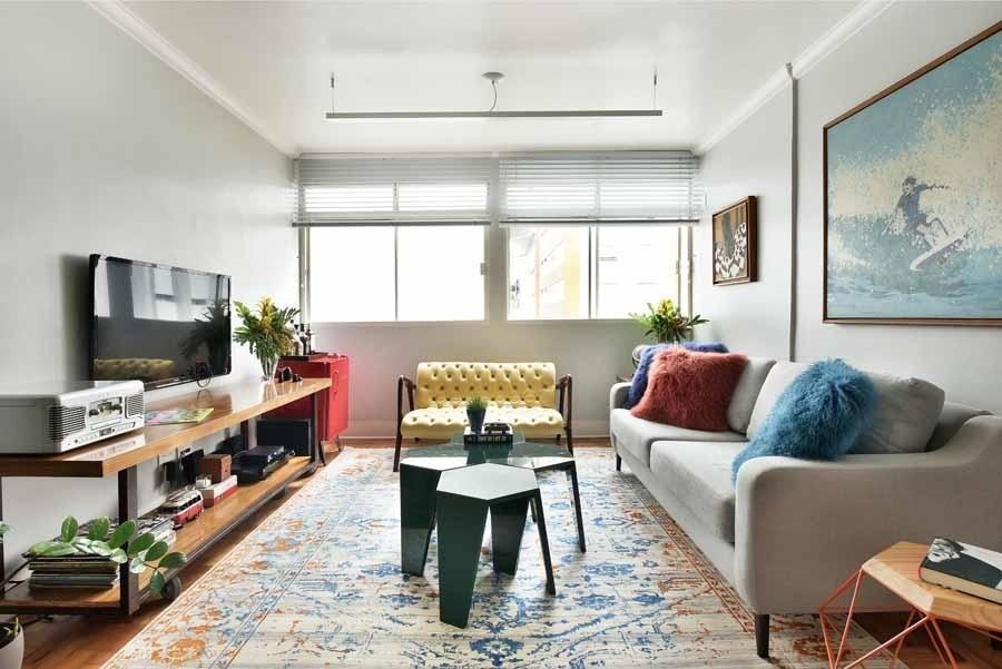 Para compor uma decoração com atmosfera retrô, a arquiteta Ana Yoshida elegeu móveis com estruturas metálicas, mesclou diversas cores e elegeu um tapete estonado com uma aparência mais antiguinha