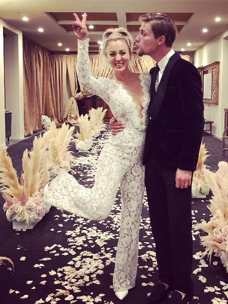 Kaley Cuoco se casou vestindo macacão de renda - Reprodução/ Instagram