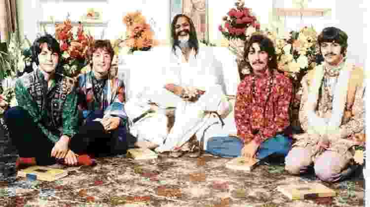 Beatles posam com o guru indiano Maharishi Mahesh Yogi - Reprodução - Reprodução