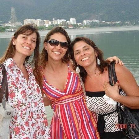 Lúcia (à dir.) ao lado das filhas Luciana (centro) e Paula - Arquivo Pessoal