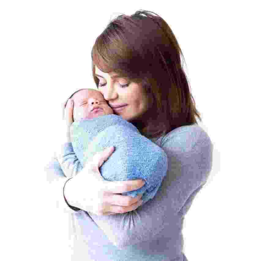 Valentina Francavilla abraça o primeiro filho, Giuseppe, em primeiro ensaio fotográfico do bebê - Katia Rodrigues