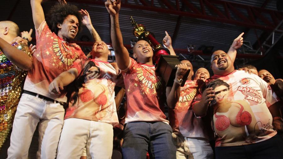 Compositores da Viradouro comemoram samba vencedor da final - João Paulo Côrrea/Divulgação