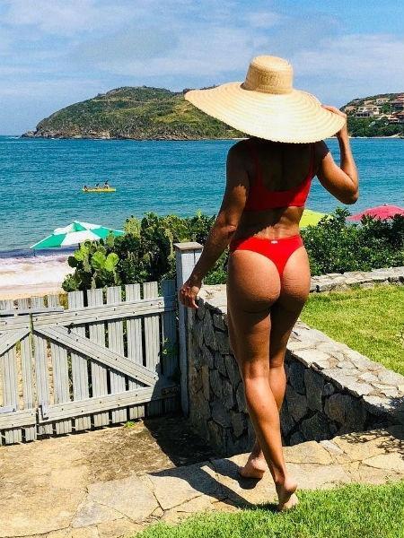 3ce509364 Juliana Paes manda recado às inimigas ao se exibir de fio-dental na praia