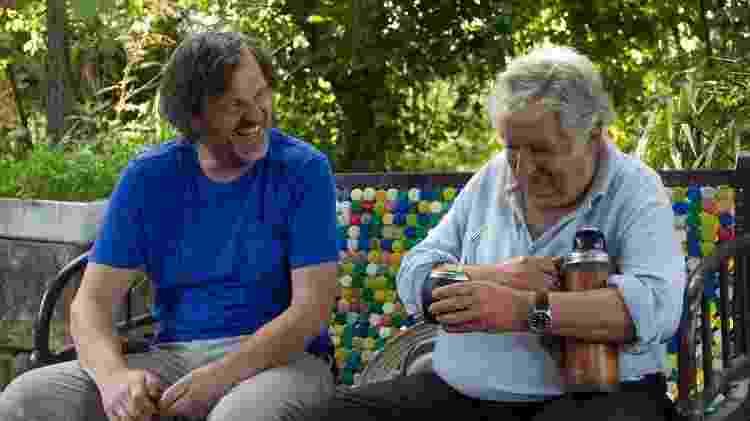Documentarista e ex-presidente uruguaio tomam mate durante gravação - Reprodução - Reprodução