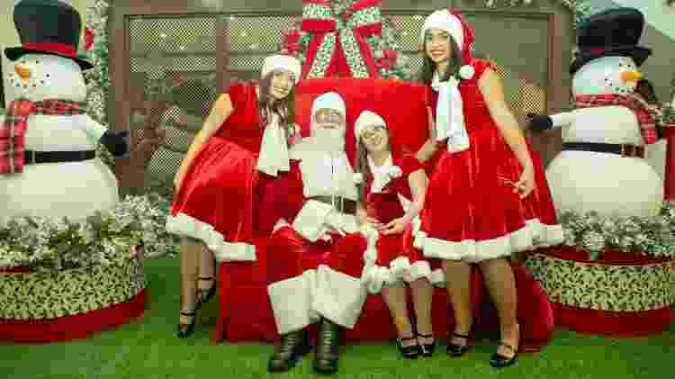 Beatriz (a terceira da esquerda pra direita) com o Papai Noel e outras noeletes - Divulgação - Divulgação