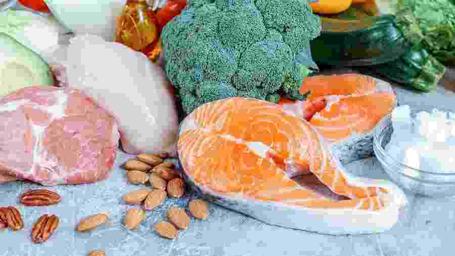 Uma dieta low carb saudável deve ser rica em alimentos naturais: carnes, ovos, queijos, legumes e verduras - iStock