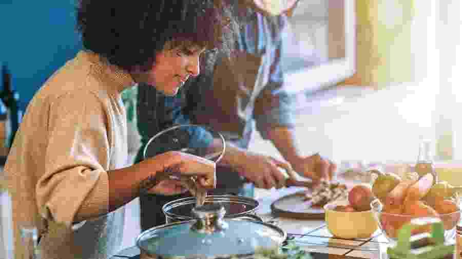 Cozinhar as próprias refeições é um passo importante para começar a comer melhor - iStock