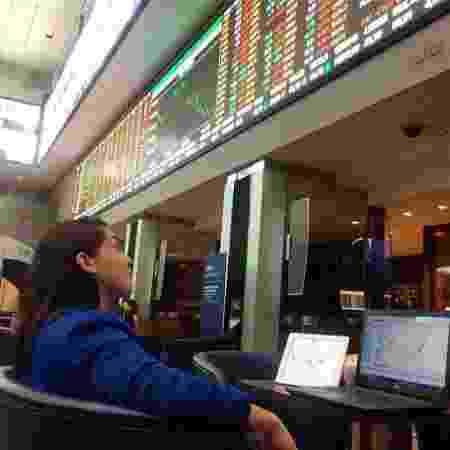 Natália, acompanhando o movimento da bolsa de valores: ganha dez vezes o que ganhava antes - Arquivo Pessoal