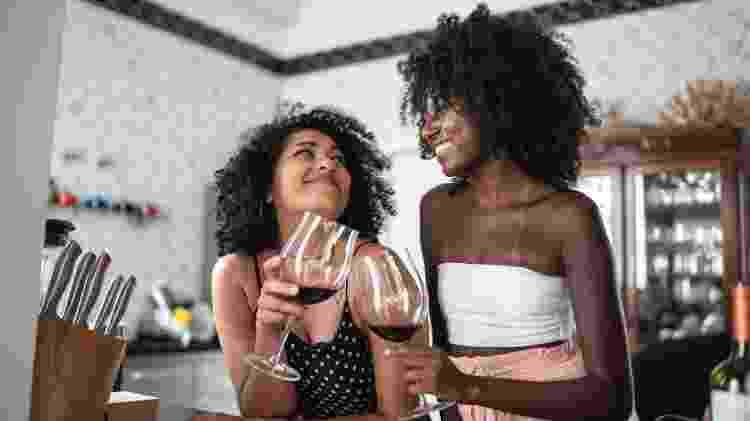duas amigas bebendo vinho, duas mulheres - iStock - iStock