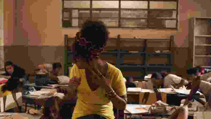 A atriz Jéssica Ellen interpreta a professora Camila em Amor de Mãe; em seu primeiro dia de aula, ela passa por um tiroteio em classe - Reprodução/TV Globo